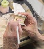 Le technicien Applying Porcelain To 3D dentaire a imprimé le moule d'implant Image libre de droits