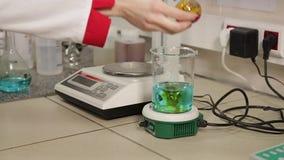 Le technicien de laboratoire a mis le support de tubes à essai sur le laboratoire