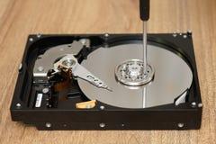 Le technicien enregistre des données à partir de mauvais disque Photographie stock libre de droits