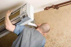 Le technicien installe un climatiseur neuf Photographie stock
