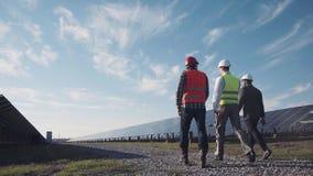 Le technicien marche avec l'ouvrier et l'investisseur photos libres de droits
