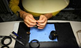 Le technicien répare l'appareil-photo optique images stock