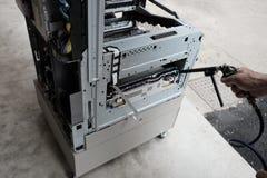 Le technicien répare le photocopieur photographie stock libre de droits