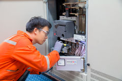 Le technicien, technicien d'instrument sur le travail calibrent ou functio image libre de droits