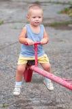 le teeter för pojke royaltyfria bilder