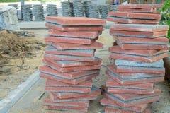 Le tegole di cemento armato sono preparate per uso come pavimentazione del corridoio della strada Fotografie Stock