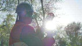 Le telecomunicazioni costruiscono il lavoro con l'accoppiamento ottico stock footage