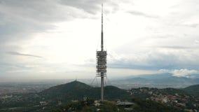 Le telecomunicazioni di Torre de Collserola Barcellona di panorama di paesaggio urbano si elevano stock footage