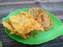 le tempeh frit est un aliment indonésien traditionnel photos stock