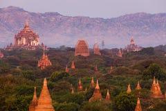 Le tempie e le pagode di Bagan, Myanmar vicino a Mandalay durante il tramonto fotografia stock