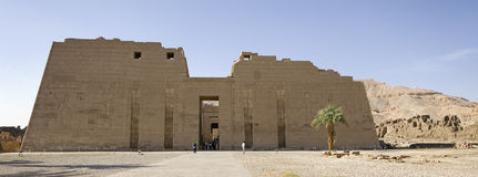 Le temple antique Medinet Habu en Egypte Photographie stock libre de droits