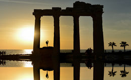 Le temple d'Apollo et le coucher du soleil et le gymnaste dans le temple Images libres de droits