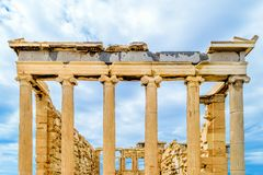 Le temple d'Erechtheion à l'arrière-plan de ciel bleu et nuageux photos libres de droits