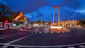 Le temple d'oscillation géante et de Suthat au crépuscule à Bangkok, Thaïlande banque de vidéos