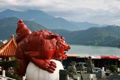 Le temple dans la piscine de Riyuetan, Taïwan Photos libres de droits