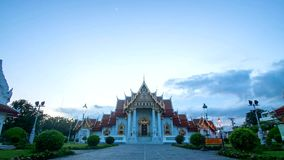 Le temple de marbre, Wat Benchamabopit Dusitvanaram à Bangkok, Thaïlande banque de vidéos
