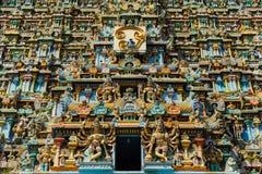 Le temple de Meenakshi a sculpté l'extérieur peint dans différentes couleurs de saturations images stock
