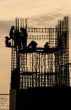 Le temple en construction avec des travailleurs s'approchent de la forêt de palétuvier Images libres de droits