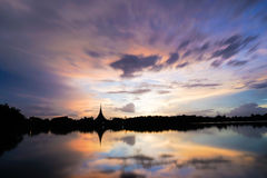 Le temple et la rivière de silhouette en Thaïlande khonkaen des points de repère dans la soirée image stock