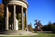 Le temple néoclassique d'Apollo au palais de Nymphenburg fait du jardinage à Munich image stock