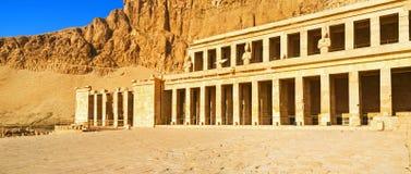Le temple parmi les roches photos stock