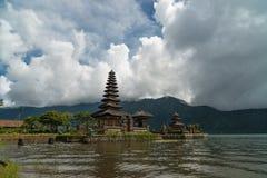 Le temple sur le lac Danau Bratan, Bali, Indonésie Photos stock
