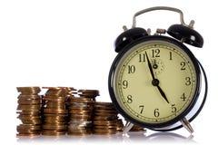Le temps, c'est de l'argent, concept avec les pièces de monnaie britanniques Photo libre de droits