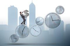 Le temps, c'est de l'argent le concept avec l'homme d'affaires tenant le dollar Image libre de droits