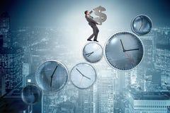 Le temps, c'est de l'argent le concept avec l'homme d'affaires tenant le dollar Photos libres de droits