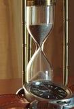 Le temps coule comparaison visuelle entre les mètres de temps de p différent Photos libres de droits