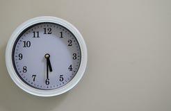 Le temps d'horloge murale de pièce a lieu à 5h30 Photo libre de droits
