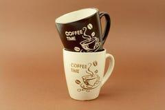 Le temps de café met en forme de tasse le fond brun Photos stock