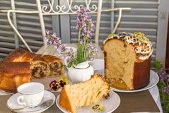 Le temps de thé avec Pâques cuite au four à la maison typique durcit images stock