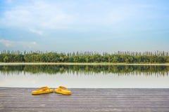 Le temps de vacances en rive sous le skyblue Image libre de droits