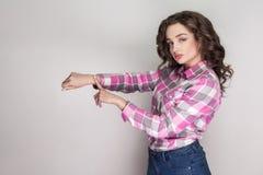 Le temps est allé belle fille sérieuse avec la chemise à carreaux rose, photo stock