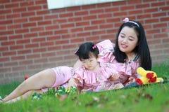 Le temps gratuit de famille, enfant ont l'amusement avec la mère Photographie stock libre de droits