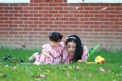 Le temps gratuit de famille, enfant ont l'amusement avec la mère Photos stock