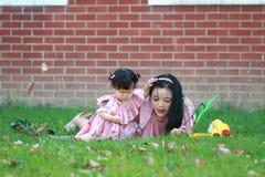 Le temps gratuit de famille, enfant ont l'amusement avec la mère Image libre de droits