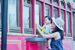 Le temps gratuit de famille, enfant ont l'amusement avec la mère Photo stock
