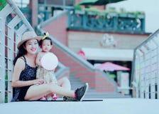 Le temps gratuit de famille, enfant ont l'amusement avec la mère Photo libre de droits