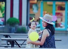 Le temps gratuit de famille, enfant ont l'amusement avec la mère Photos libres de droits