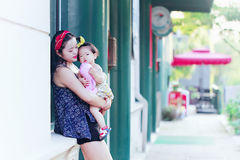 Le temps gratuit de famille, enfant ont l'amusement avec la mère Images stock