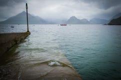 Le temps orageux et un canotage inondé s'accouplent dans Elgol sur l'île de Skye en Ecosse Photos stock