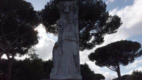 Le temps r?el jettent un coup d'oeil de statue d'empire romain de la d?esse romaine Minerva banque de vidéos