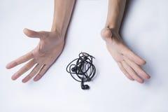 Le temps remet près des écouteurs embrouillés image stock