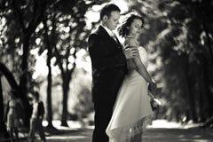 Le temps s'écoule - des épaules de jeune mariée de contacts de marié se tenant dans le pair image stock