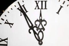 Le temps sur l'horloge approche la nouvelle année Moins de cinq minutes avant la nouvelle année Photographie stock libre de droits