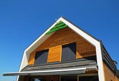 Le tende pure, pannelli solari, tonalità solari sono finestra popolare Tonalità, ciechi, tende per rendimento energetico immagine stock libera da diritti