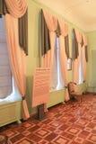 Le tende sul salone di musical delle finestre Fotografia Stock