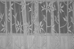 Le tende trasparenti con tanti fronzoli dettagliano il fondo bianco d'annata del tessuto fotografia stock libera da diritti